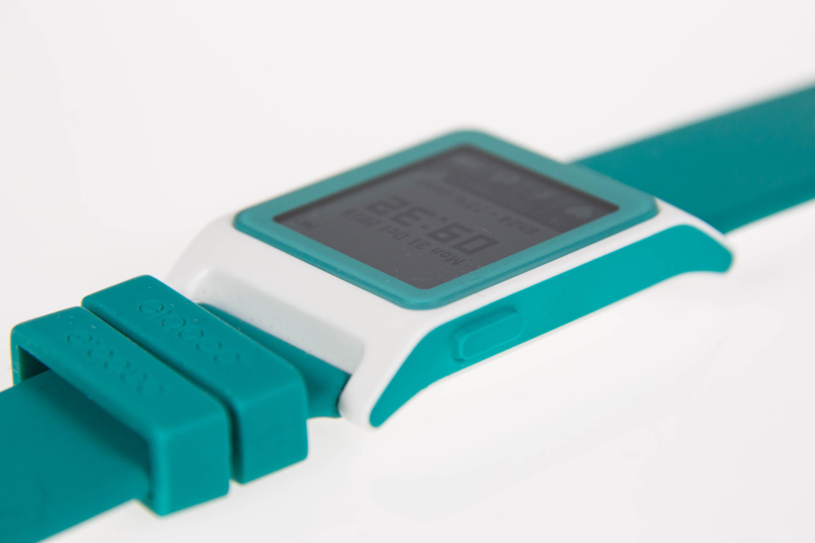 Pebble 2 im Test: Die Always-on-Smartwatch mit Charme - Die Bedienung erfolgt weiterhin ... (Bild: Martin Wolf/Golem.de)