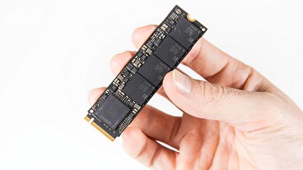 Unten das PoP aus Polaris-Controller und DRAM, darüber die vier Flash-Packages (Foto: Martin Wolf/Golem.de)
