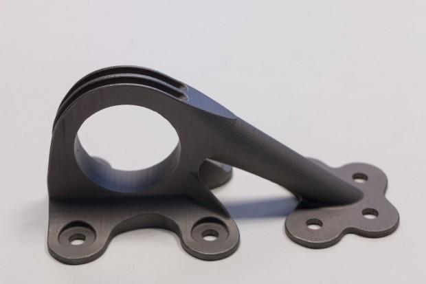 Ein kleiner Halter zeigte, was mit 3D-Druck schon möglich ist. (Foto: Werner Pluta/Golem.de)