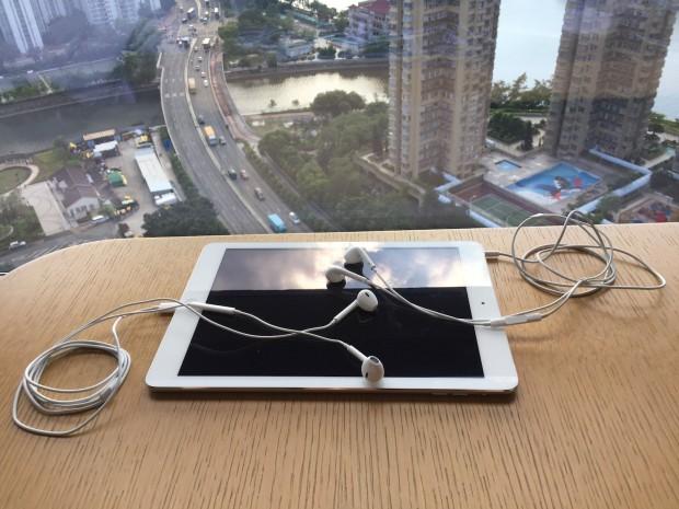 Lightning und Klinke am iPad Air. Die Fernbedienungen funktionieren immer. Die Audioausgabe beschränkt sich auf ein Gerät. (Foto: Andreas Sebayang/Golem.de)
