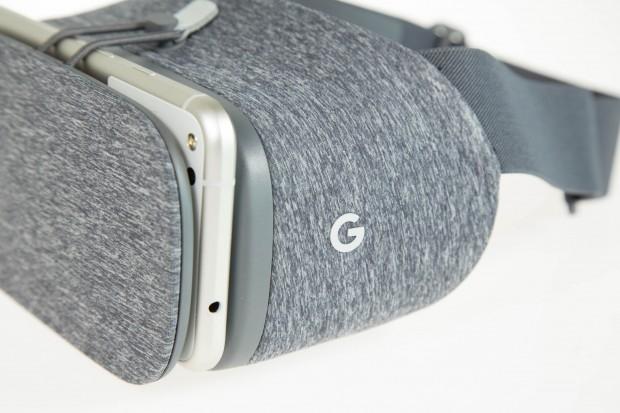 Das Smartphone wird vorne in den Daydream-Betrachter eingelegt. (Bild: Martin Wolf/Golem.de)