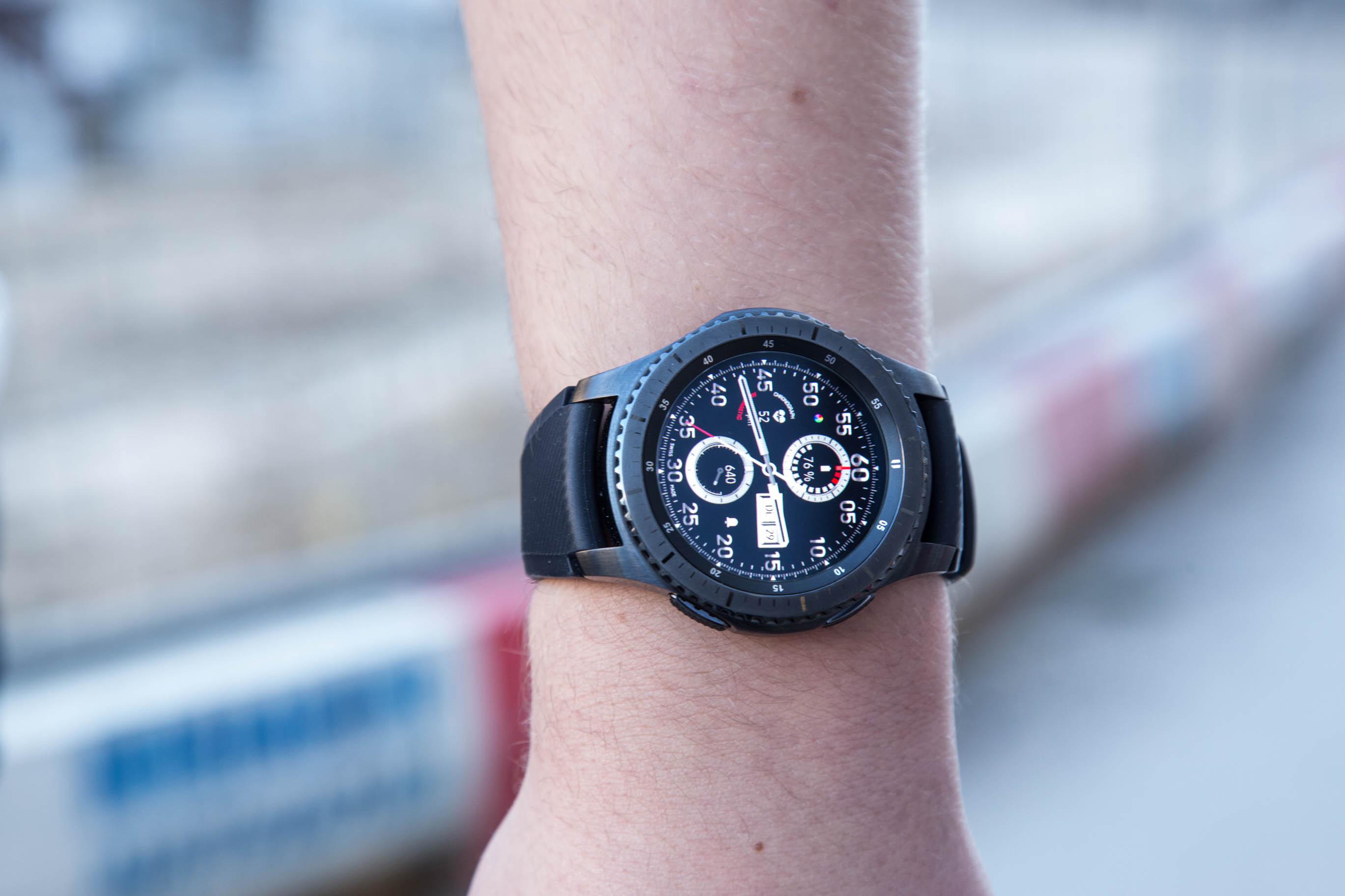 Gear S3 im Test: Großes Display, großer Akku, große Uhr - Die Gear S3 am Handgelenk (Bild: Martin Wolf/Golem.de)