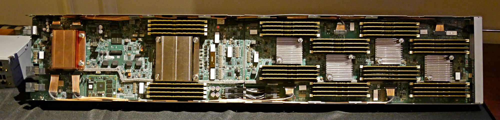 Memory-Driven Computing: HPE zeigt Prototyp von The Machine - Die reche Platine umfasst vier Memory Controller. (Foto: Marc Sauter/Golem.de)