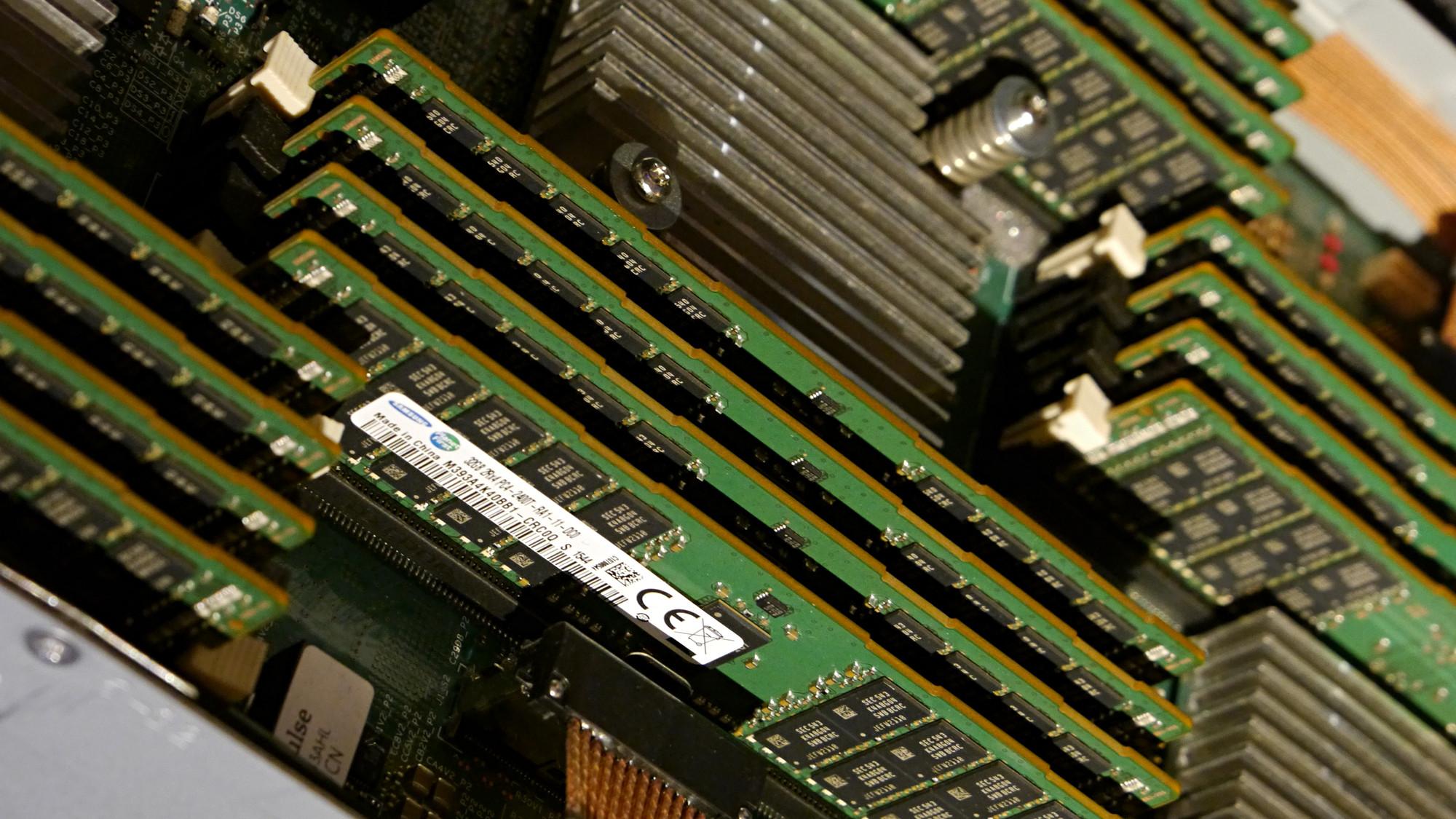 Memory-Driven Computing: HPE zeigt Prototyp von The Machine - HPEs Ausstellungsmodell von The Machine nutzt 32-GByte-DIMMs, der Prototyp aber 128-GByte-DDR4-Module. (Foto: Marc Sauter/Golem.de)