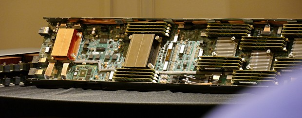 Unter dem Kupferblock sitzt der Switch, unter dem Kühler rechts davon das SoC. (Foto: Marc Sauter/Golem.de)