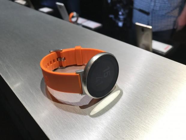 Das neue Fitness-Wearable Huawei Fit (Bild: Peter Steinlechner/Golem.de)