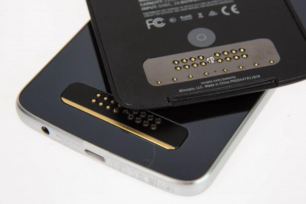 Über Kontakte läuft der Datenaustausch zwischen Smartphone und Akku-Mod. (Bild: Martin Wolf/Golem.de)