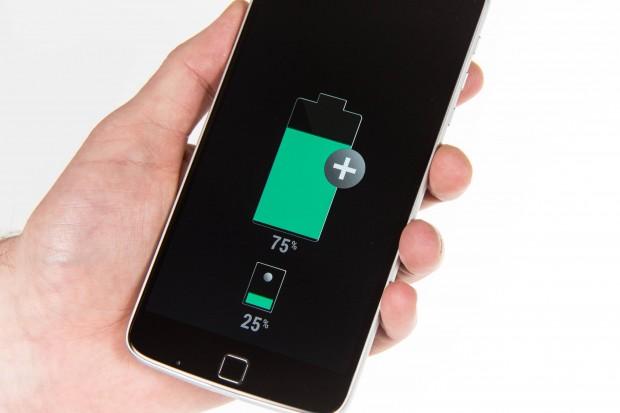 Ist das Moto Z Play ausgeschaltet, lädt das angeschlossene Akku-Mod den internen Akku auf. (Bild: Martin Wolf/Golem.de)