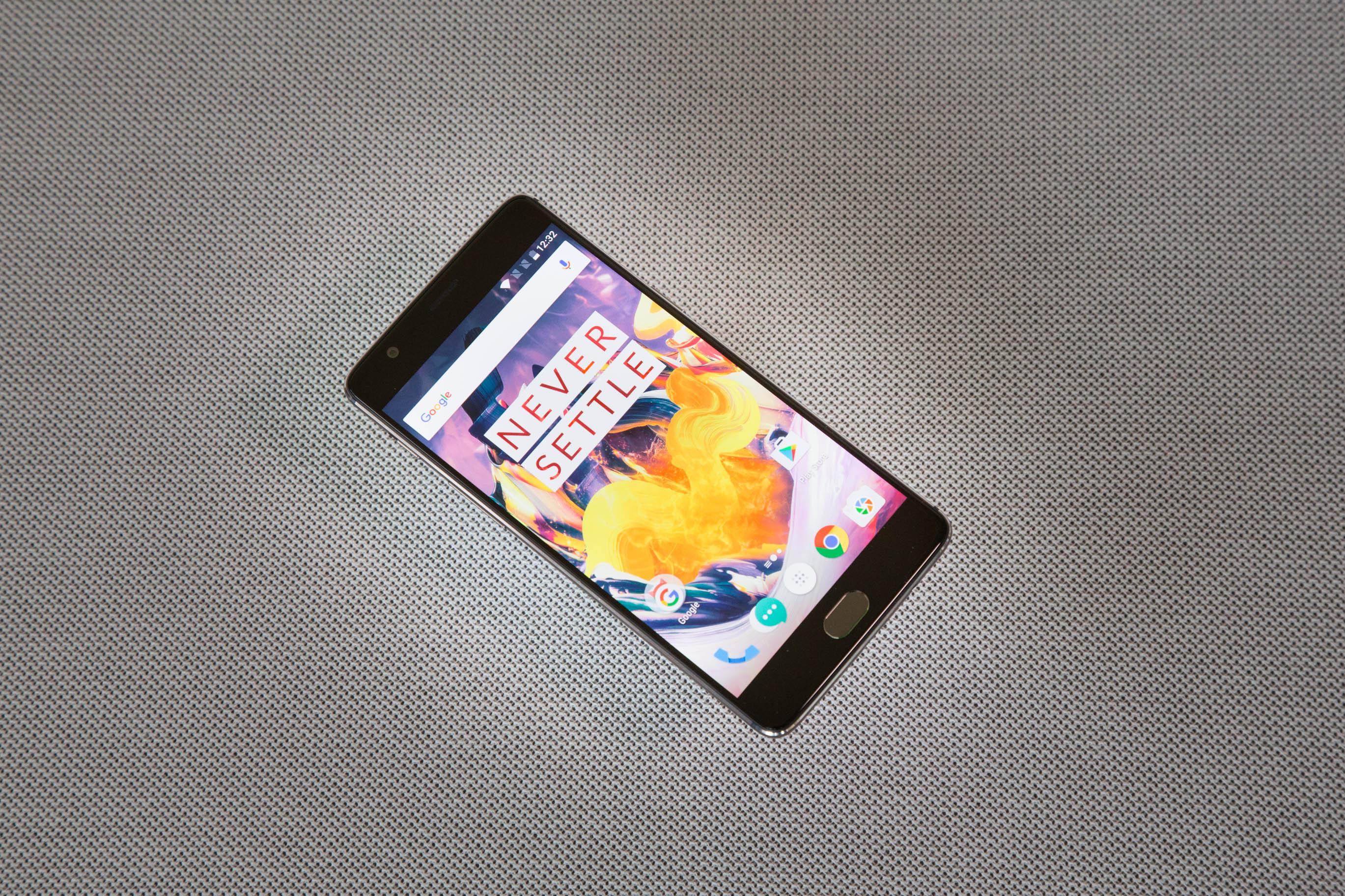 Smartphone: Oneplus 3T mit 128 GByte wird nicht zu Weihnachten geliefert - Das Oneplus 3T (Bild: Martin Wolf/Golem.de)