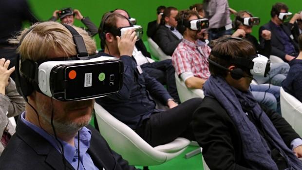 Gruppen-360-Grad-Video-Gucken vor dem Greenscreen mit Samsungs GearVR (Foto: Marc Sauter/Golem.de)