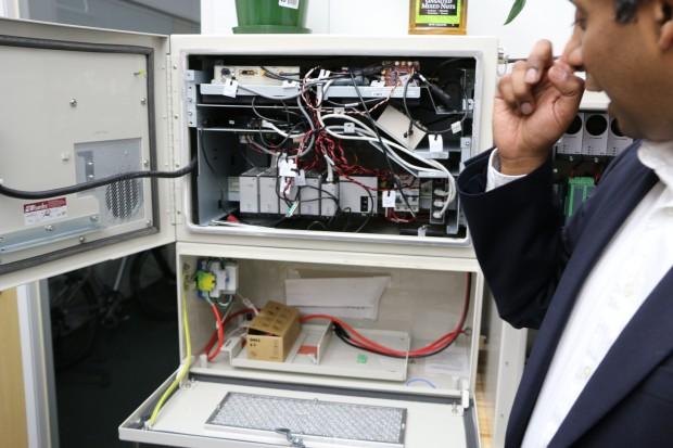 Firmenchef Ganesh Pattabiraman zeigt  den Prototyp eines Senders zur sogenannten Indoor-Ortung. (Foto: Friedhelm Greis/Golem.de)