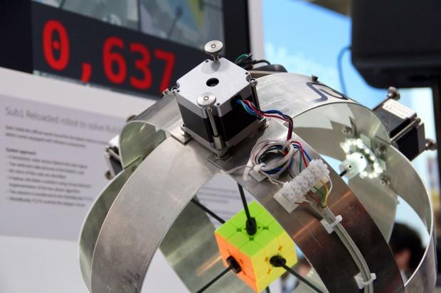 Rekordverdächtig: Der Roboter Sub1 Reloaded schafft den Zauberwürfel in 0,637 Sekunden. (Foto: Infineon)