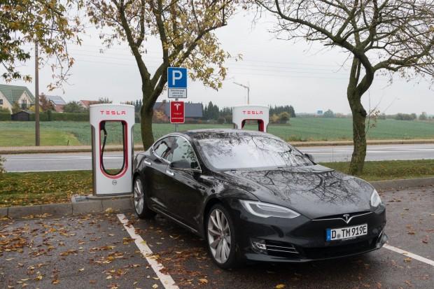 Am besten wird das Auto an einem von Teslas Superchargern geladen, ... (Foto: Werner Pluta/Golem.de)