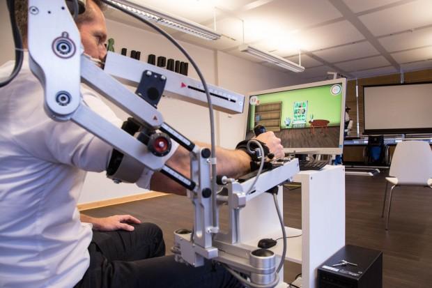 laufen mit hal walk again center exoskelett hilft patienten beim laufenlernen. Black Bedroom Furniture Sets. Home Design Ideas