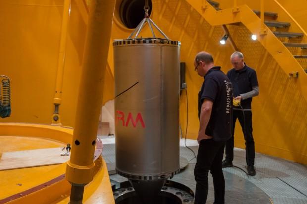 Vorbereitung für den Katapultschuss: Die Kapsel mit dem Experiment ...  (Foto: Werner Pluta/Golem.de)