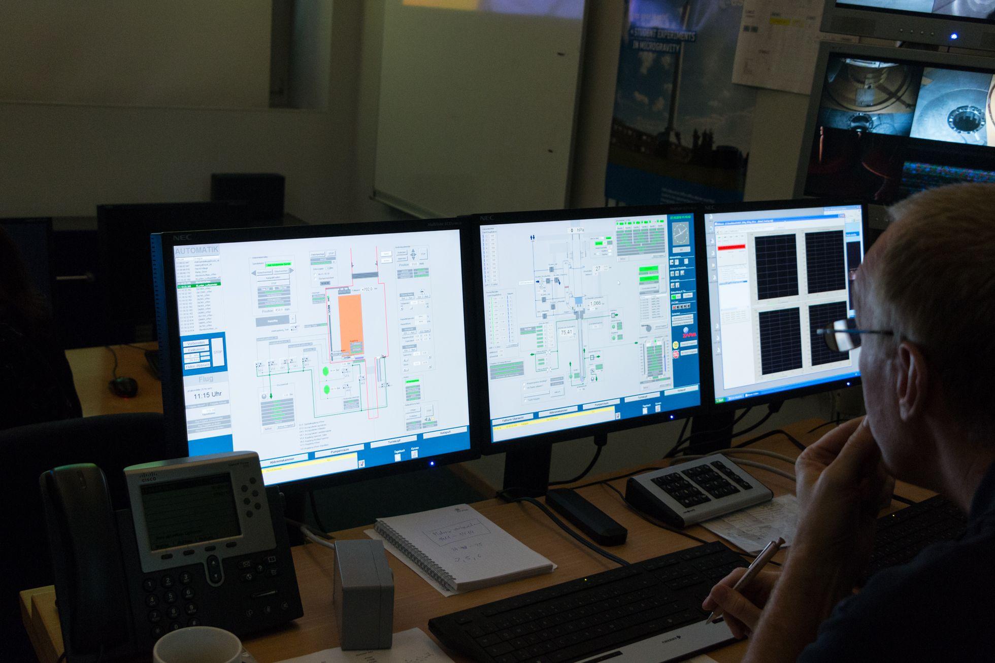 Zarm: Zehn Sekunden schwerelos - Von diesen Rechnern aus wird der Fallturm gesteuert. Der Bildschirm in der Mitte zeigt den Status des Katapults. (Foto: Werner Pluta/Golem.de)