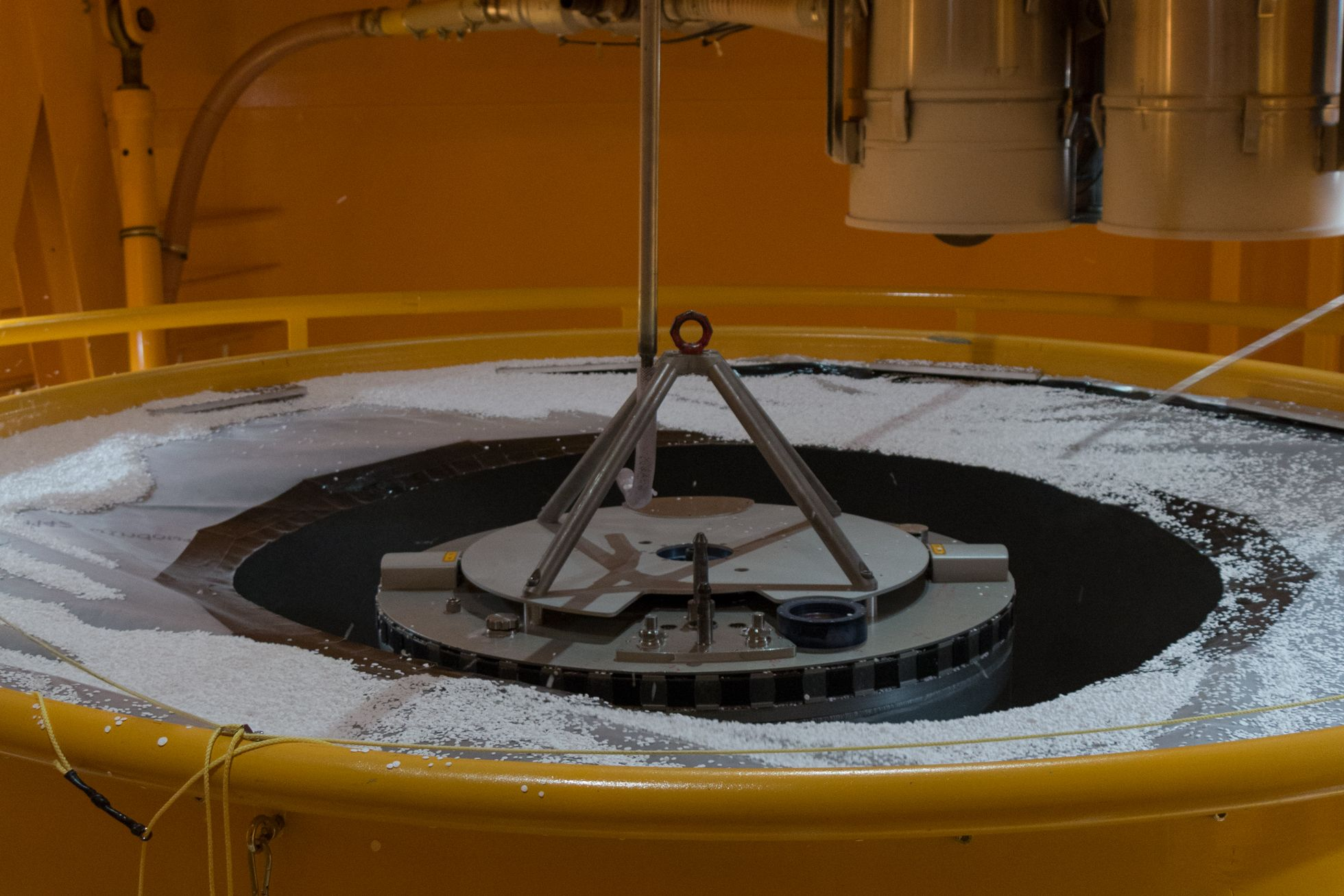 Zarm: Zehn Sekunden schwerelos - ... wird die Kapsel von Styroporkugeln gereinigt. (Foto: Werner Pluta/Golem.de)