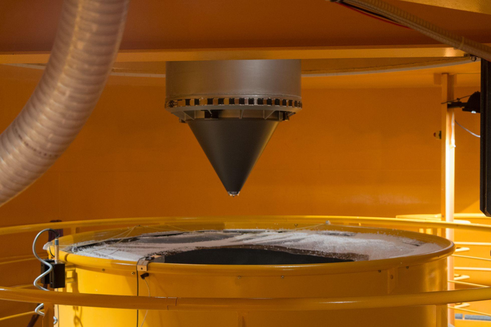 Zarm: Zehn Sekunden schwerelos - Der Konus erleichtert das Eintauchen in das Styropor. (Foto: Werner Pluta/Golem.de)