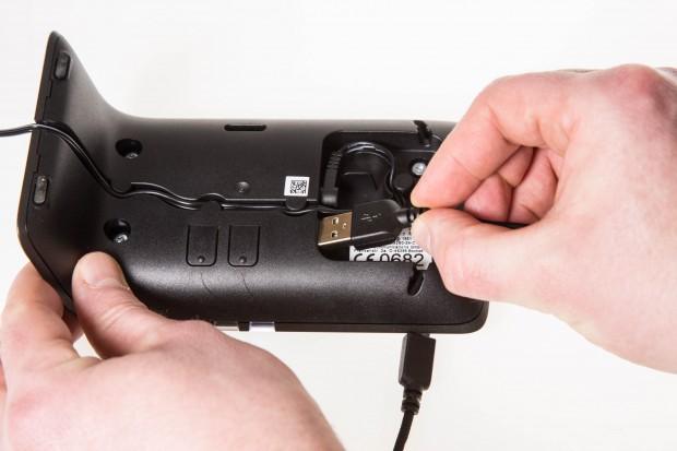 Über den USB-Anschluss kann der Smartphone-Akku per Kabel geladen werden. (Bild: Martin Wolf/Golem.de)