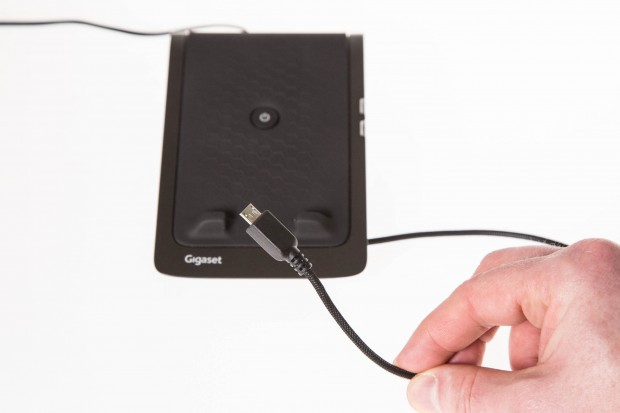 Das mitgelieferte USB-Ladekabel ist ungewöhnlich starr. (Bild: Martin Wolf/Golem.de)