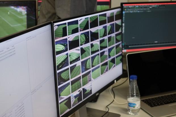 Alle Kamerabilder auf einem Kontrollmonitor im Übertragungs-Container (Bild: Sebastian Wochnik/Golem.de)