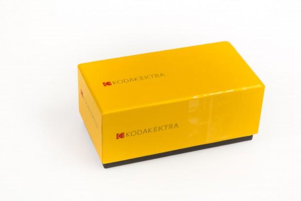 Das Kodak Ektra kommt in einer Box, die an die Kodak-Verpackungen der Vergangenheit erinnert. (Bild: Martin Wolf/Golem.de)
