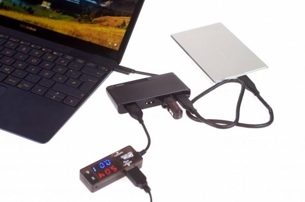 Da mit dem Dongle kein USB-Typ-C-Gerät mehr eingesetzt werden kann, mussten wir einen Hub von Belkin ab und an nutzen. Damit lässt sich das Zenbook aber nicht aufladen. (Foto: Andreas Sebayang/Golem.de)