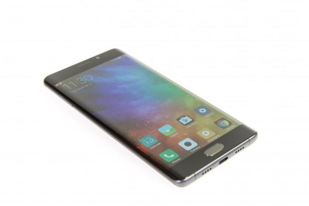 Das Display geht wie die Edge-Geräte von Samsung in die Rundung über. (Bild: Martin Wolf/Golem.de)
