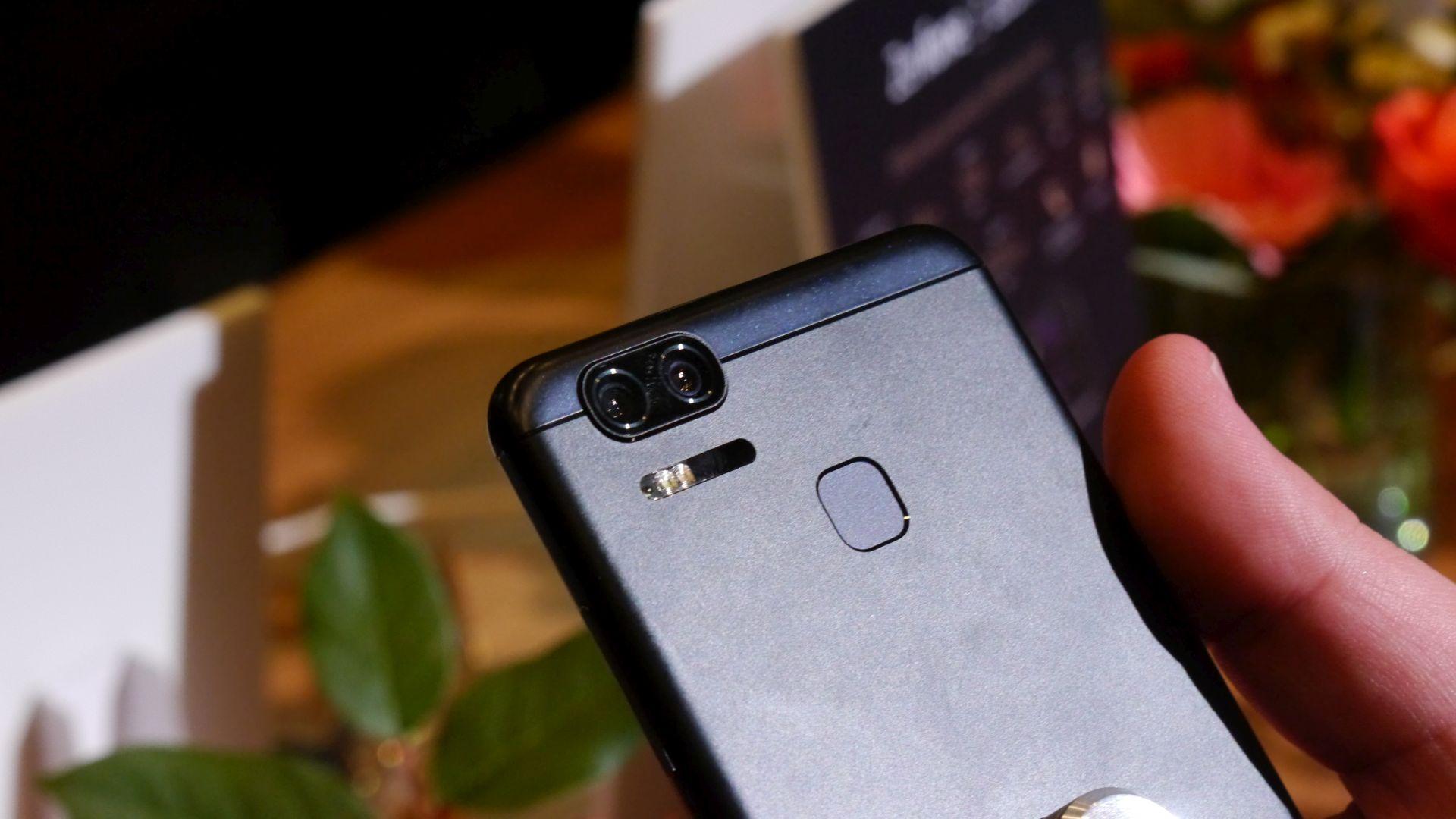 Zenfone 3 Zoom: Asus präsentiert neues Smartphone mit Zoomfunktion - Ein Objektiv hat eine Brennweite von 25 mm, das andere 56 mm. (Bild: Marc Sauter/Golem.de)
