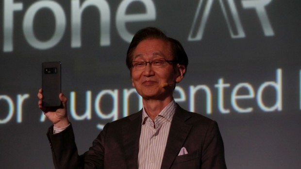 Asus-Chef Johnny Shi hält das Zenfone AR hoch. (Bild: Marc Sauter/Golem.de)