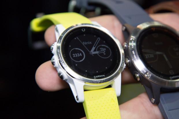 Die Fenix 5S ist das kleinste Modell. (Bild: Martin Wolf/Golem.de)