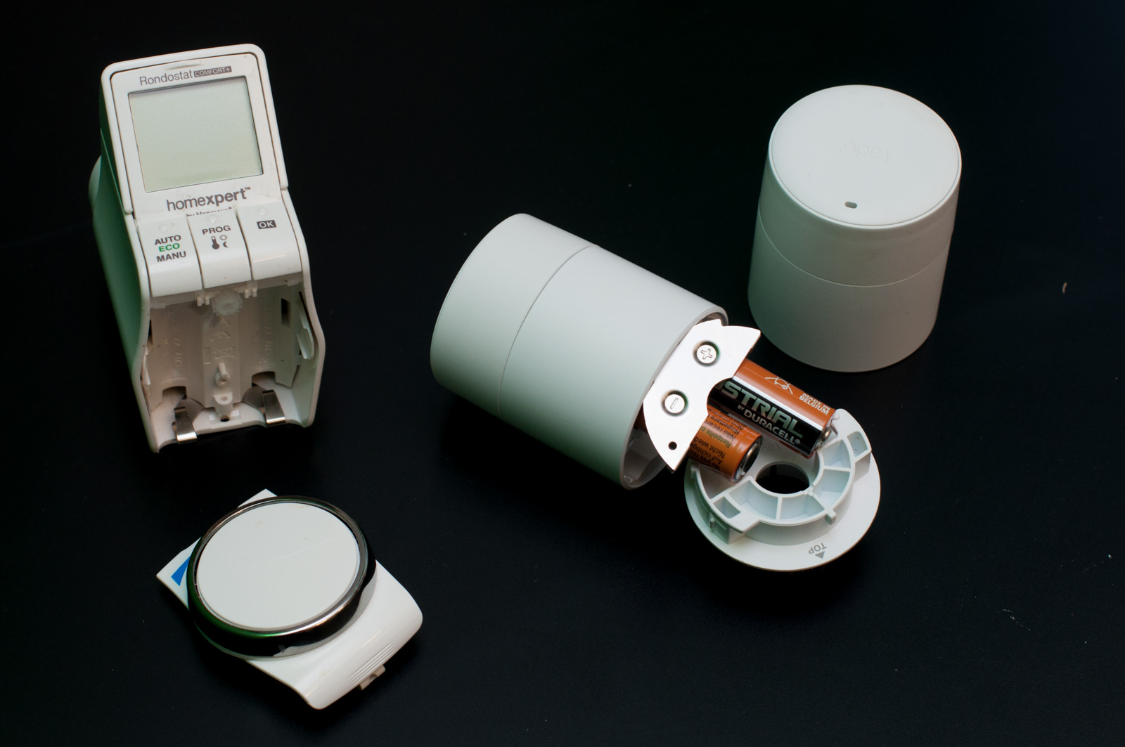 Tado im Test: Heizkörperthermostate mit effizientem Stalker-Modus - Im Vergleich zu der Honeywell-Steuerung ist das Tado-System erstaunlich kompakt. (Foto: Andreas Sebayang/Golem.de)