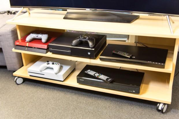 Unsere Player-Auswahl für die Software-Tests: Insgesamt haben wir drei UHD-BD-Player getestet. (Foto: Martin Wolf/Golem.de)