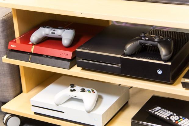 Die Xbox One S (weiß, unten) kann UHD-BDs nebenbei abspielen. (Foto: Martin Wolf/Golem.de)