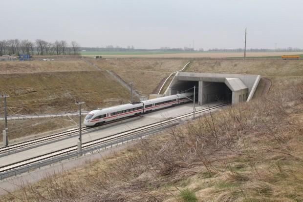 ICE auf der Neubaustrecke in Thüringen. Sie ist komplett mit ETCs-Level2-Technik ausgestattet. (Foto: Frank Kniestedt/ Deutsche Bahn)