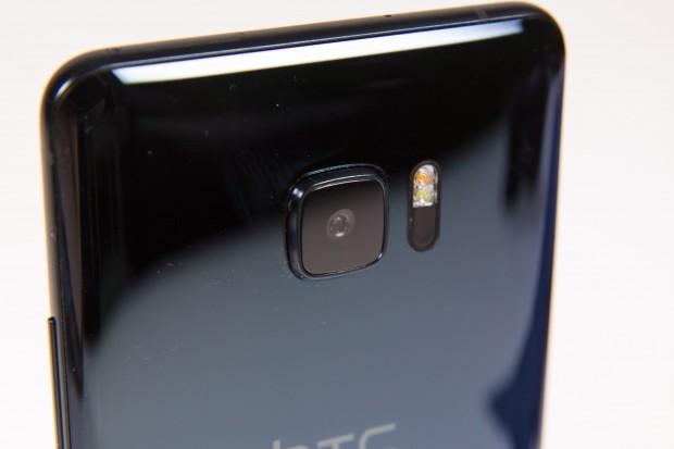 Das Gehäuse des U Ultra ist aus Glas. Die Kamera ist dieselbe wie die im HTC 10. (Bild: Martin Wolf/Golem.de)