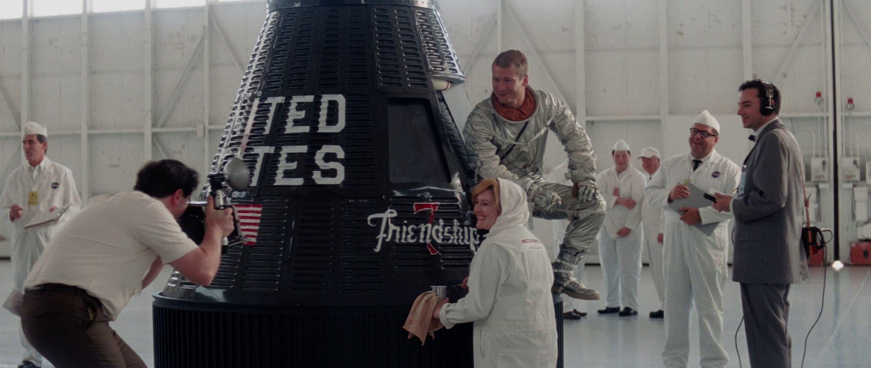 Filmkritik Hidden Figures: Verneigung vor den Computern in Röcken - John Glenn (Glen Powell) posiert mit der Friendship-7-Raumkapsel. (Bild: 20th Century Fox)
