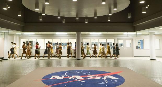 Die menschlichen Rechner auf dem Weg zu ihren mechanischen IBM-Kollegen. (Bild: 20th Century Fox)