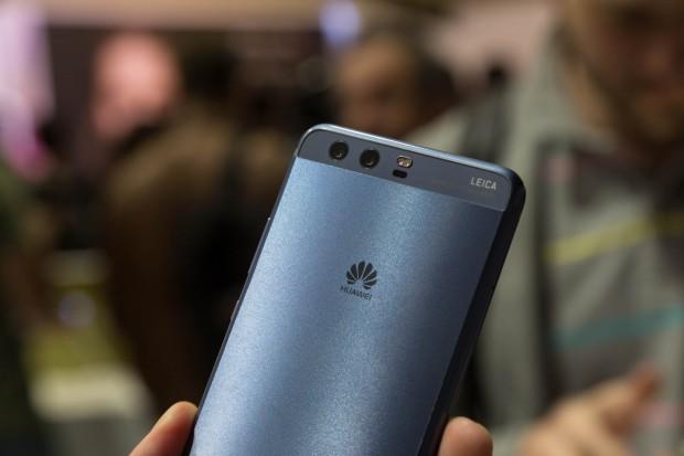 Das Huawei P10 Plus mit der neuen blauen, geschliffenen Rückseite (Bild: Martin Wolf/Golem.de)