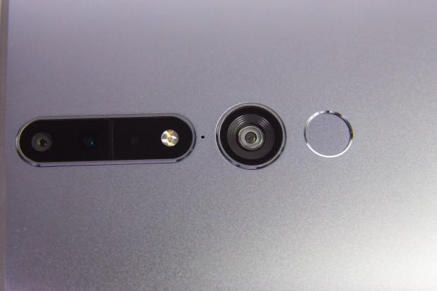 Im Bild ganz links die Hauptkamera, rechts daneben der Tiefensensor und das LED-List. Die große Kamera dient dem Motion-Tracking, daneben der Fingerabdrucksensor. (Bild: Martin Wolf/Golem.de)