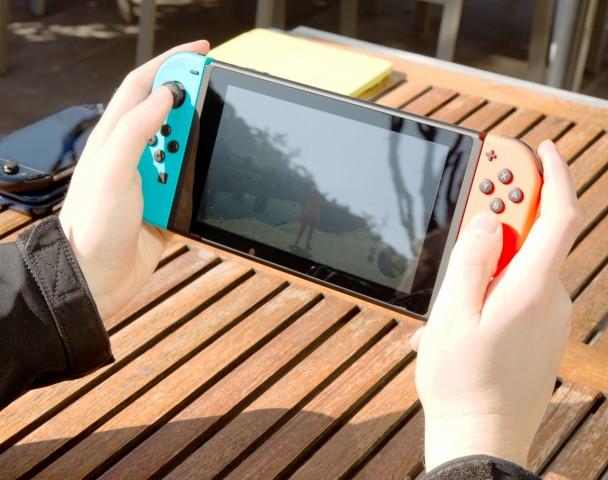 Der Bildschirm der Nintendo Switch spiegelt... (Foto: Martin Wolf/Golem.de)