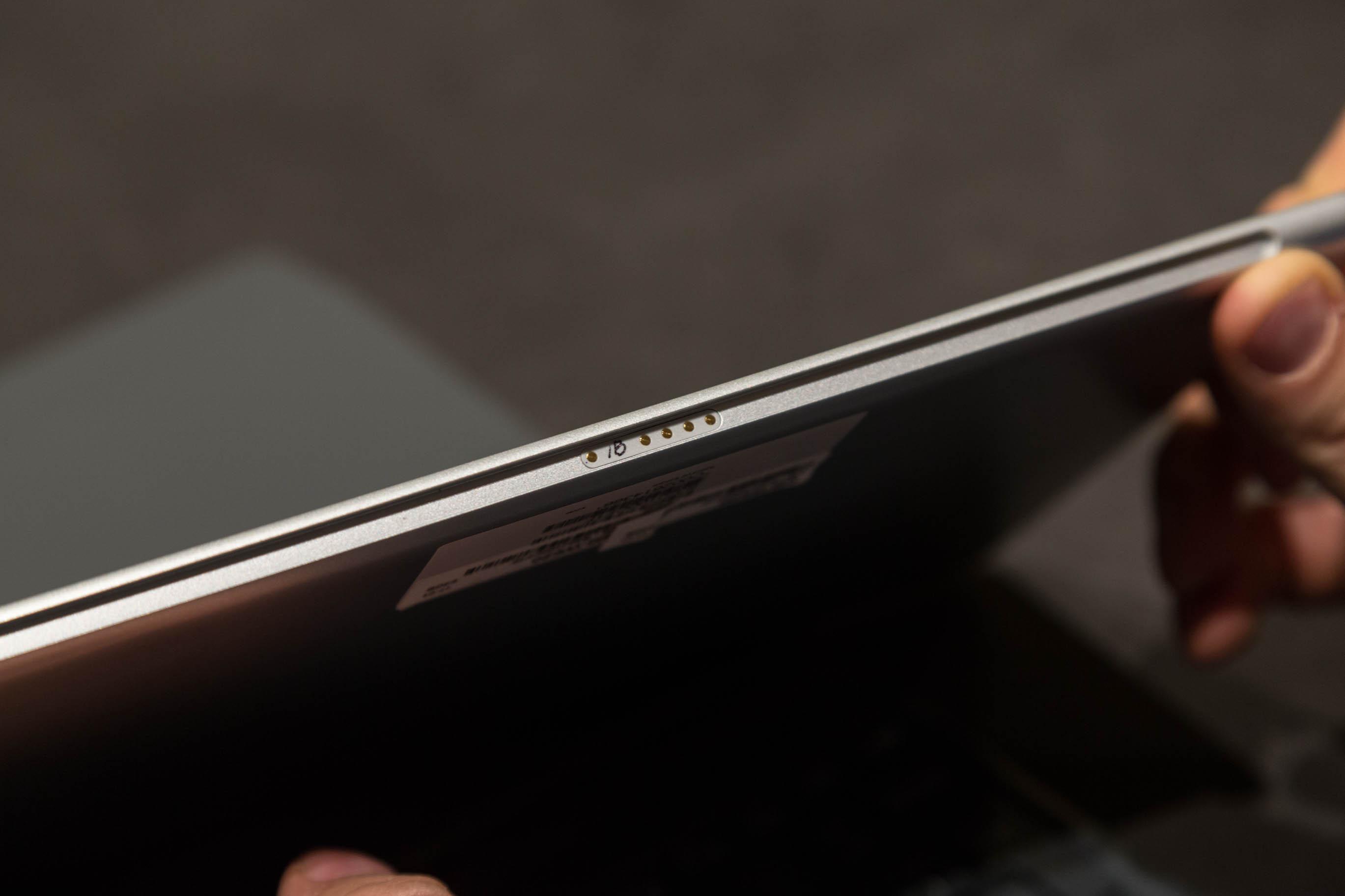 Galaxy Book im Hands on: Samsung bringt neuen 2-in-1-Computer - Die Pogo-Pins an der Unterseite des Tablets (Bild: Martin Wolf/Golem.de)