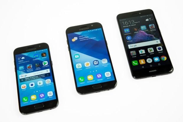 Das Galaxy A3 (2017), das Galaxy A5 (2017) und das P8 Lite (2017) (Bild: Tobias Költzsch/Golem.de)