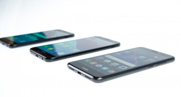 Die drei Smartphones sehen sich auf den ersten Blick recht ähnlich, besonders die gleich großen Galaxy A3 und P8 Lite. (Bild: Tobias Költzsch/Golem.de)