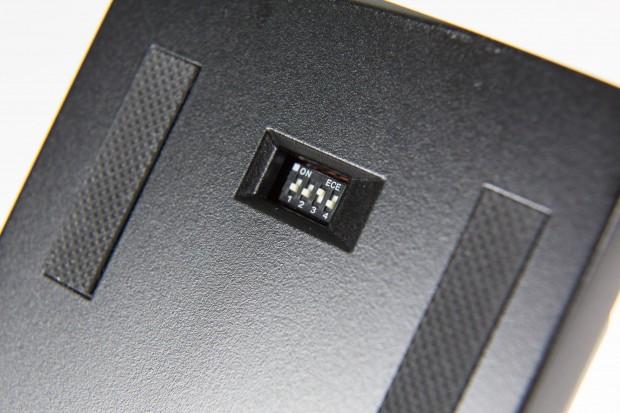Auf der Unterseite sind vier Dip-Switches eingebaut. Mit diesen können neben QWERTZ auch drei andere Tastatur-Layouts eingestellt werden: QWERTY, Dvorak und Colemak. (Bild: Martin Wolf/Golem.de)