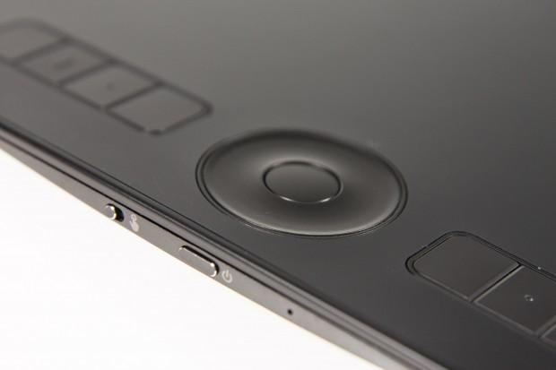 Seitlich der Tastenleiste befinden sich die Touch- und Powerschalter. (Bild: Martin Wolf/Golem.de)