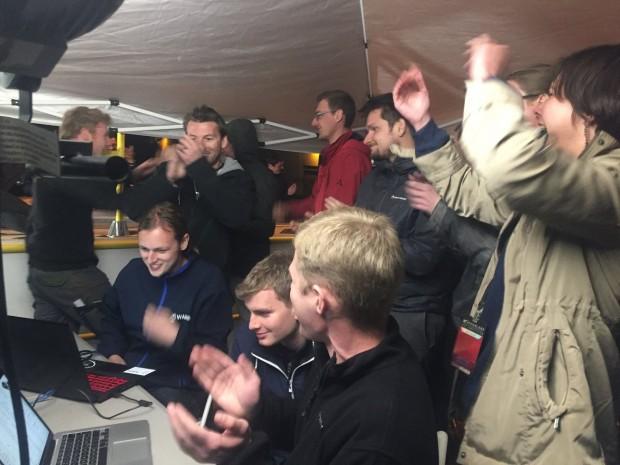 Geschafft! Das Team jubelt bei der Hperloop-Challenge über den gelungenen Lauf. (Foto: Warr)