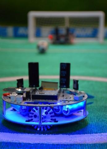Der Roboter Wisoccero spielt Fußball. Er fährt auf drei omnidirektionalen Rädern. (Bild: Petunia Tech)