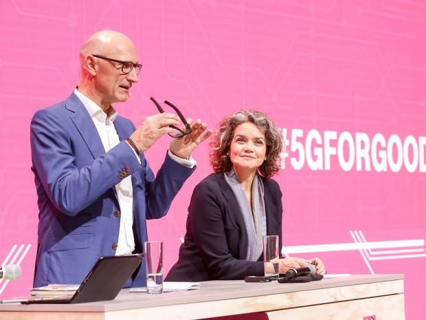 Telekom-CEO Tim Höttges zeigt die Datenbrille. (Foto: Deutsche Telekom)