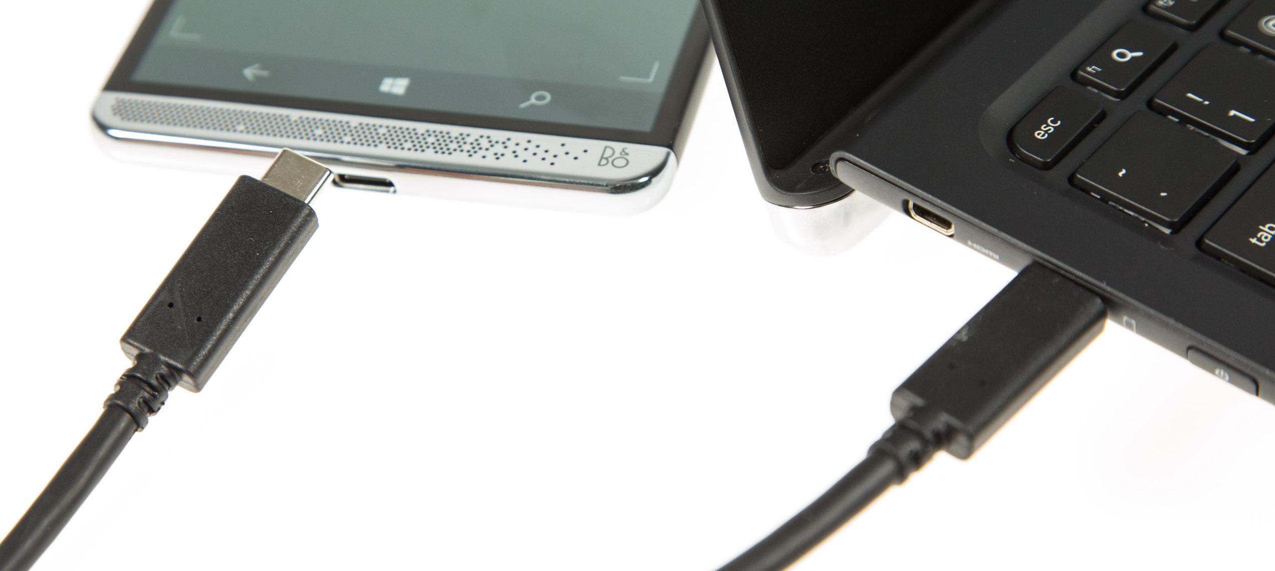 HP Lapdock im Test: Außen ein Notebook, innen ein Kompromiss - Das Host-Telefon wird per USB-Typ-C-Kabel angeschlossen. (Bild: Martin Wolf/Golem.de)